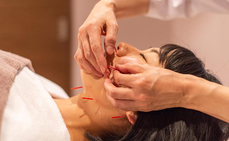 肌や体の自然治癒力を高める「鍼」をはじめ、内側から美しく健やかな状態をつくるケアメニューをご用意しています。とくに人気なのは、美容鍼+フェイシャル。エイジングケアにおすすめの『インナーマッスル美容鍼』や『小顔リフトアップ美容鍼』など、美容鍼とハンドテクニックを組み合わせたメニューが人気です。